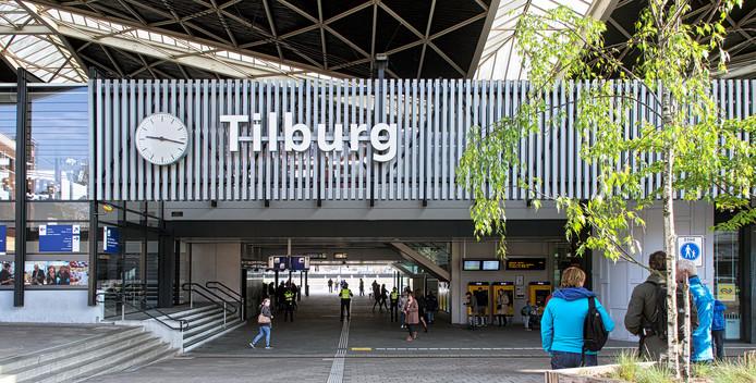 De man werd nabij het station in Tilburg van zijn portemonnee beroofd.