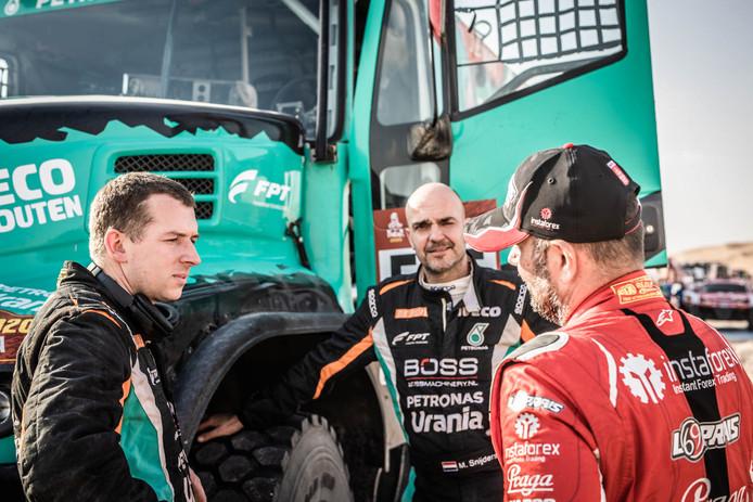 Janus van Kasteren (links) in gesprek met de Tsjech Ales Loprais. Midden Van Kasterens navigator Marcel Snijders.