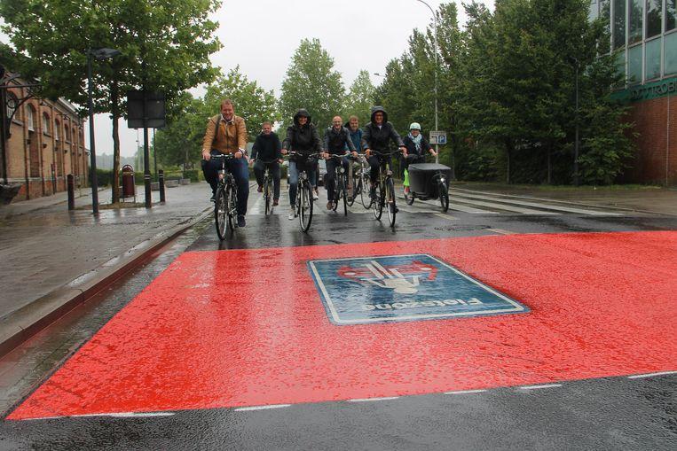 Enkele gemeenteraadsleden fietsen dinsdag de nieuwe fietszone in het centrum van Izegem. Heel wat centrumstraten zijn voortaan fietsstraten, zoals hier aan de Dirk Martenslaan.