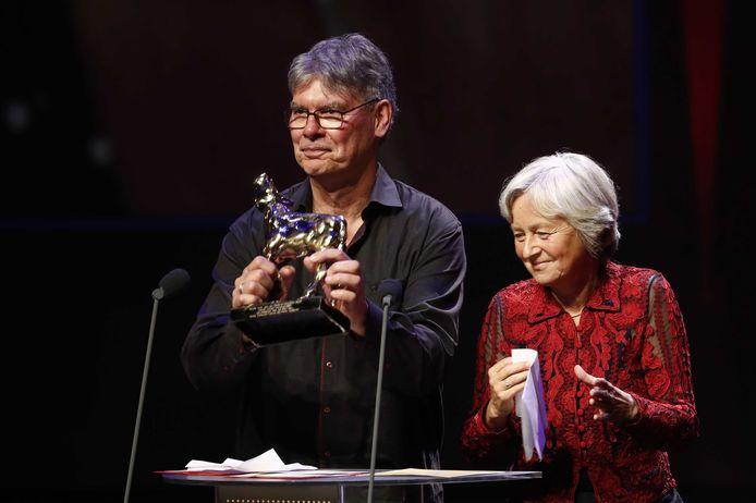 Documentairemakers Petra Lataster-Czisch en Peter Lataster op het podium tijdens de uitreiking van de Gouden Kalveren