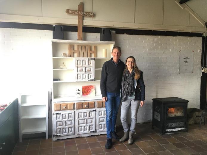 Peter en Annette de Hoop in de wagenschuur op hun boerderij aan de Meeldijk in Burgh-Haamstede waar tijdens de boerenactie samen kon worden gebeden.