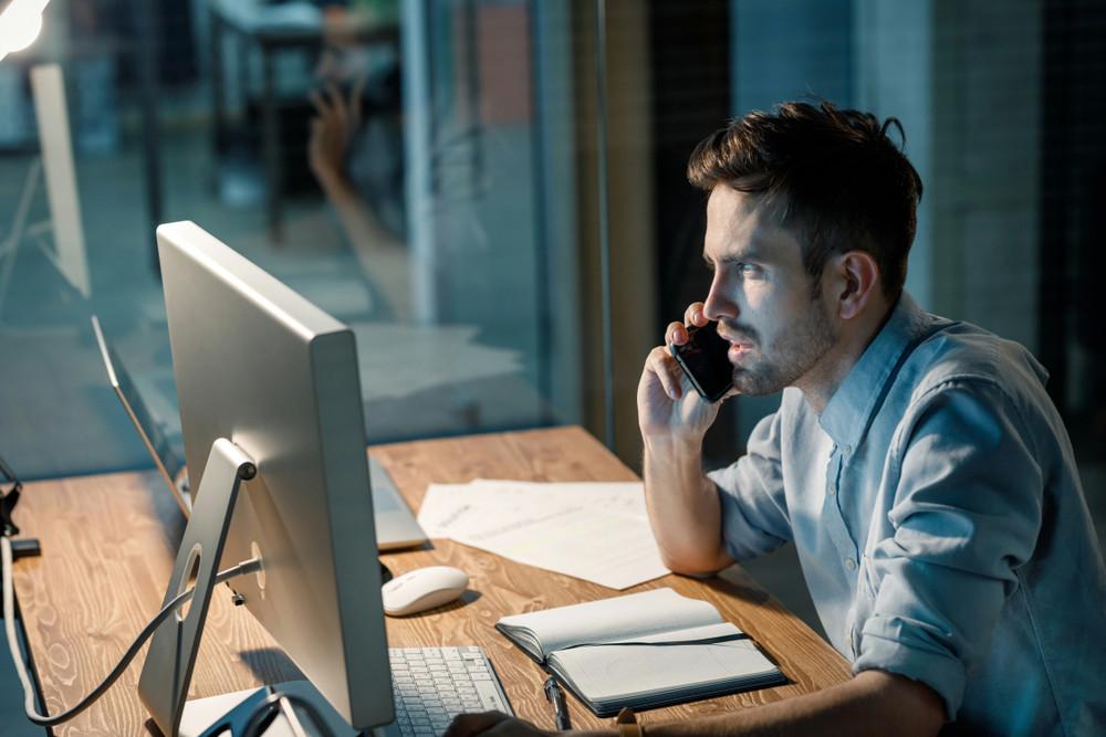 werknemer stress laat doorwerken telefoongesprek
