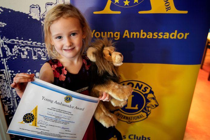 Izis Jacobs kreeg donderdag een speciale Lions-onderscheiding én een knuffelleeuw.