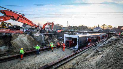 Stationsbuurt van Oostkamp ondergaat metamorfose: nieuwe voetgangerstunnel van 150 ton en fietstunnel van 510 ton worden onder sporen geschoven