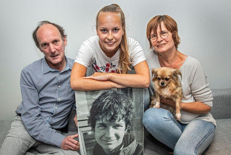 Papa Eddy Bral, zus Kayleigh en mama Carine Vandorpe bij de foto van hun overleden zoon en broer Atreyu.