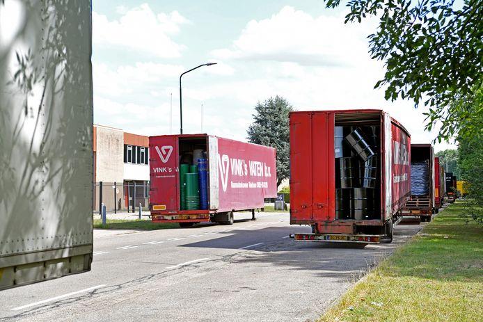RAAMSDONKSVEER De trailers van Vinks Vaten aan de Ottergeerde, waar jongeren 's nachts vernielingen aanrichten.