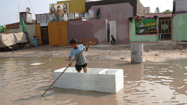 Een overstroomde straat in Bagdad. Beeld AP
