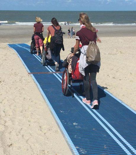 Blauwe loper brengt badgasten in rolstoel naar het Vlissingse strand