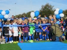 Noël en Sofie openen nieuw kunstgrasveld voetbalclub De Zweef in Nijverdal