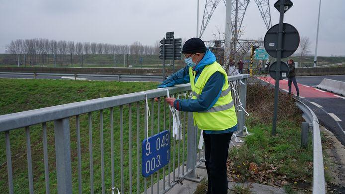 Witte lintjes aan de brug als eerbetoon aan het slachtoffer maar ook om het pleidooi voor een vrijstaande fietsbrug kracht bij te zetten.