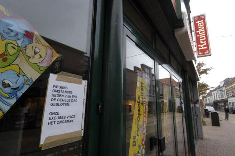 De medewerksters van het Kruidvatfiliaal in Winterswijk deden mee aan een vlottocht georganiseerd door de firma Sportwijzer in Eibergen. Een medewerker van het bedrijf begeleidde de tocht, maar zat niet op het vlot. Foto ANP Beeld