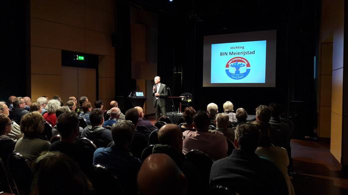 Burgemeester Marcel Fränzel tijdens de informatieavond in Schijndel over het Buurt Informatie Netwerk.