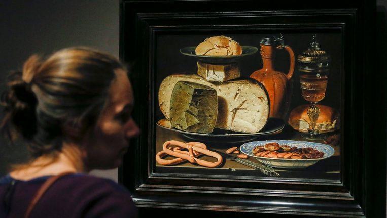 Een bezoeker kijkt naar Stilleven met kaas, amandelen en pretzels. Beeld EPA