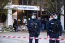 Aan de school in het Parijse Conflans-Sainte-Honorine waar leerkracht Samuel Paty door een 18-jarige Tsjetsjeen onthoofd werd, leggen mensen bloemen neer. De dader was geen leerling en woonde 100 kilometer verder.
