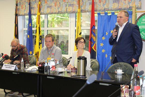 Burgemeester Joeri De Maertelaere gaf samen met de mensen van Zorg en Gezondheid een nationale persconferentie in het gemeentehuis van Evergem.