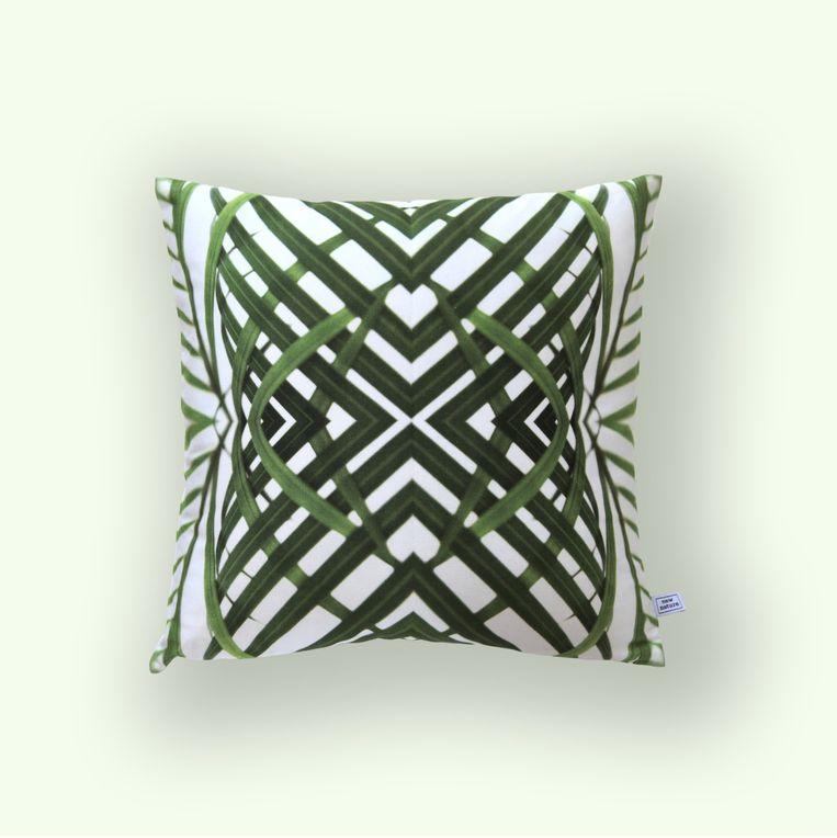 Ontwerper Melissa Peen creëert grafische patronen van natuurlijke elementen. Kussenhoes 'Areca', 40x40 cm, € 65.   new-nature.eu Beeld