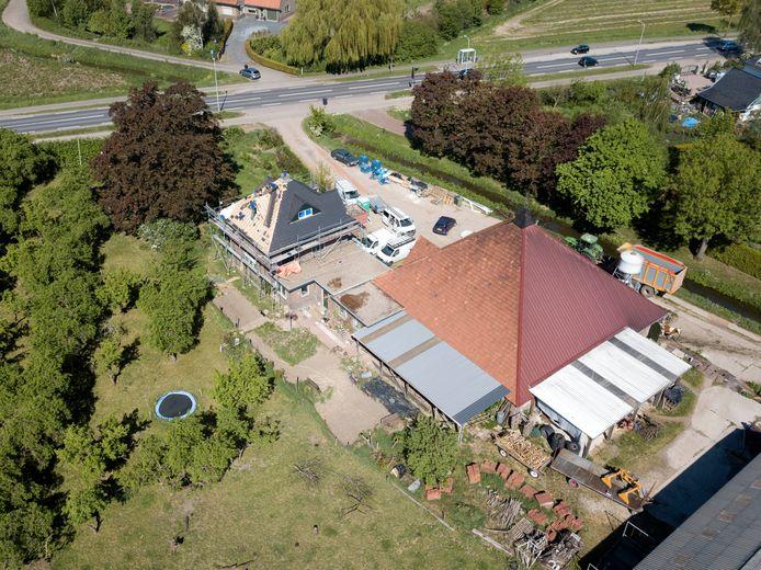 Het bedrijf van de agrariërs De Swart en Vossebelt aan de Rijksweg-Zuid in Elst. Ook zij stappen nu naar de rechter omdat ze ontevreden zijn met de opstelling van de gemeente.