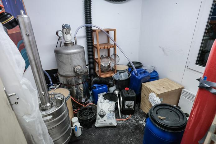 Op de informatieavond in Vragender stond buiten een container waarin werd getoond hoe een cocaïnewasserij er van binnen uitziet.