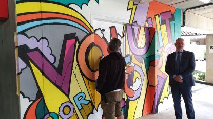 Graffitikunstenaar SMOK versiert muur van parkeergebouw AZ Klina als dank voor inzet personeel