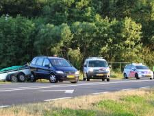 Auto met aanhanger van de weg op N342 bij Beuningen