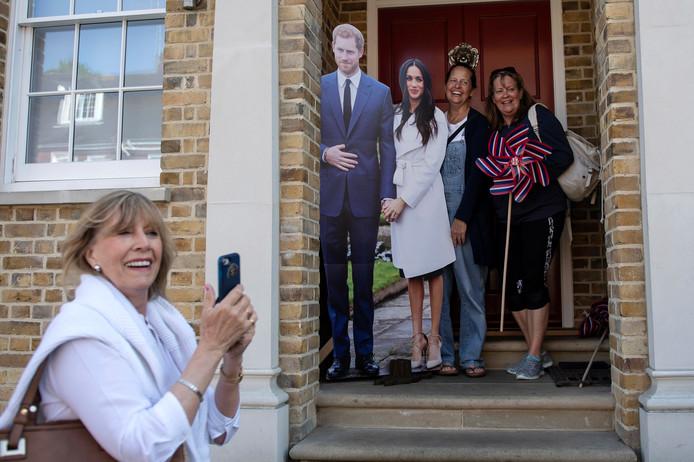 De kartonnen versie van Harry en Meghan is populair bij de Royal fans in Windsor. Foto Will Oliver