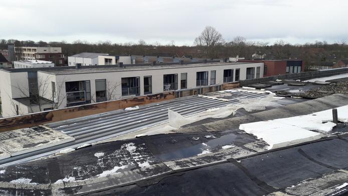 Een deel van het dak van een appartementencomplex aan Dierenriem in Schijndel werd zondag door storm Dennis weggeblazen.