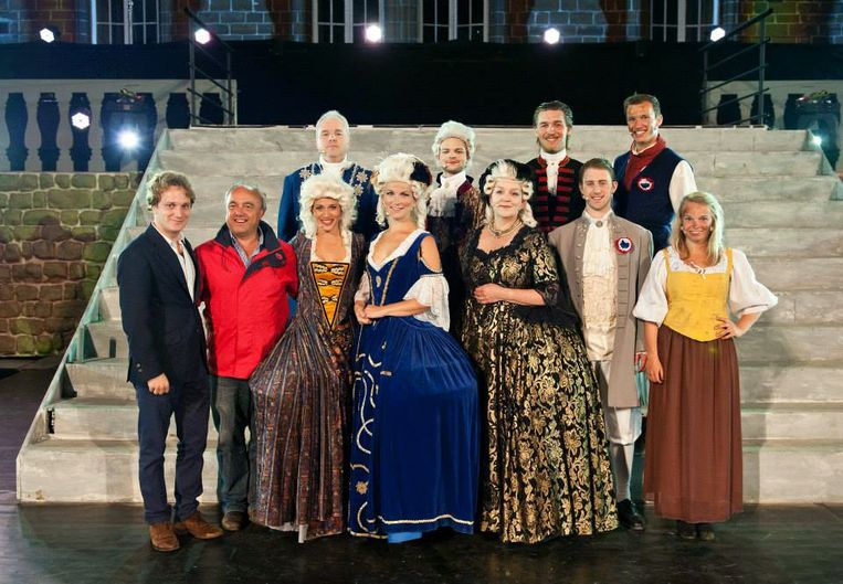 Prins Simon de Merode en regisseur Luc Stevens met de hoofdrolspelers in Marie-Antoinette in 2014.