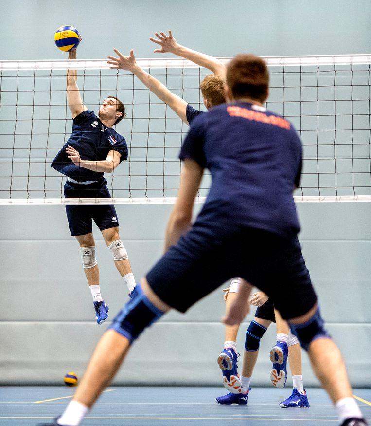 Jeugdige volleyballers spelen op Papendal. Beeld Klaas Jan van der Weij / de Volkskrant