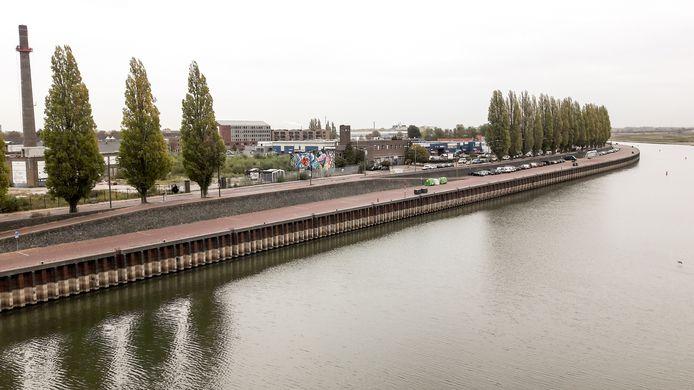 De Nieuwe Kade in Arnhem is helemaal leeg. Als gevolg van de lage waterstand is de stad voor sommige cruiseschepen onbereikbaar geworden.