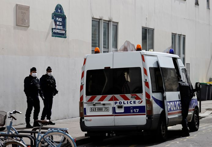 Franse politiemannen bewaken vandaag wel het oude pand van het weekblad Charlie Hebdo.