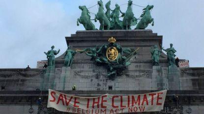 """Klimaatactivisten hangen spandoek op in Jubelpark : """"Save the climate - Belgium Act Now"""""""