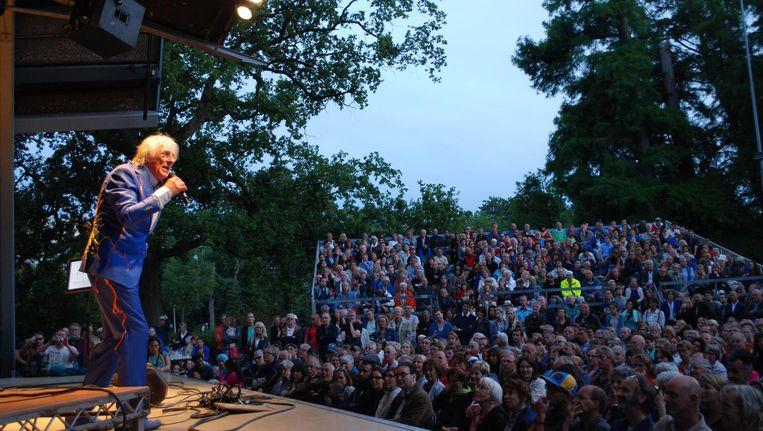 Freek de Jonge staat jaarlijks in het Openluchttheater in het Vondelpark. Dit jaar met veel muziek. Beeld -