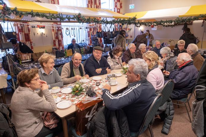 De kerstmarkt is ook een soort reünie en altijd weer een gezellig treffen voor veel mensen