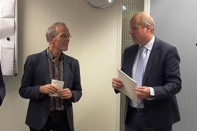 Volkert Vintges (Gelderse Natuur en Milieufederatie, links) overhandigde het actieplan aan gedeputeerde Jan Jacob van Dijk.