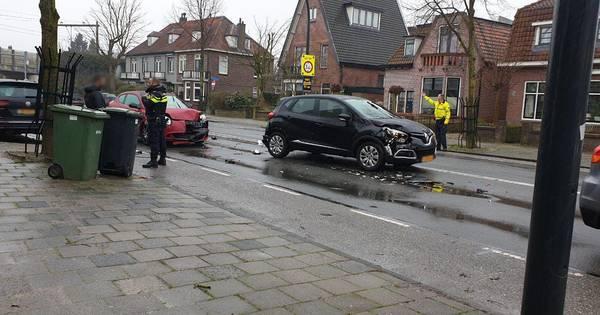 Aanrijding tussen drie autos Hengelo, één persoon raakt gewond.