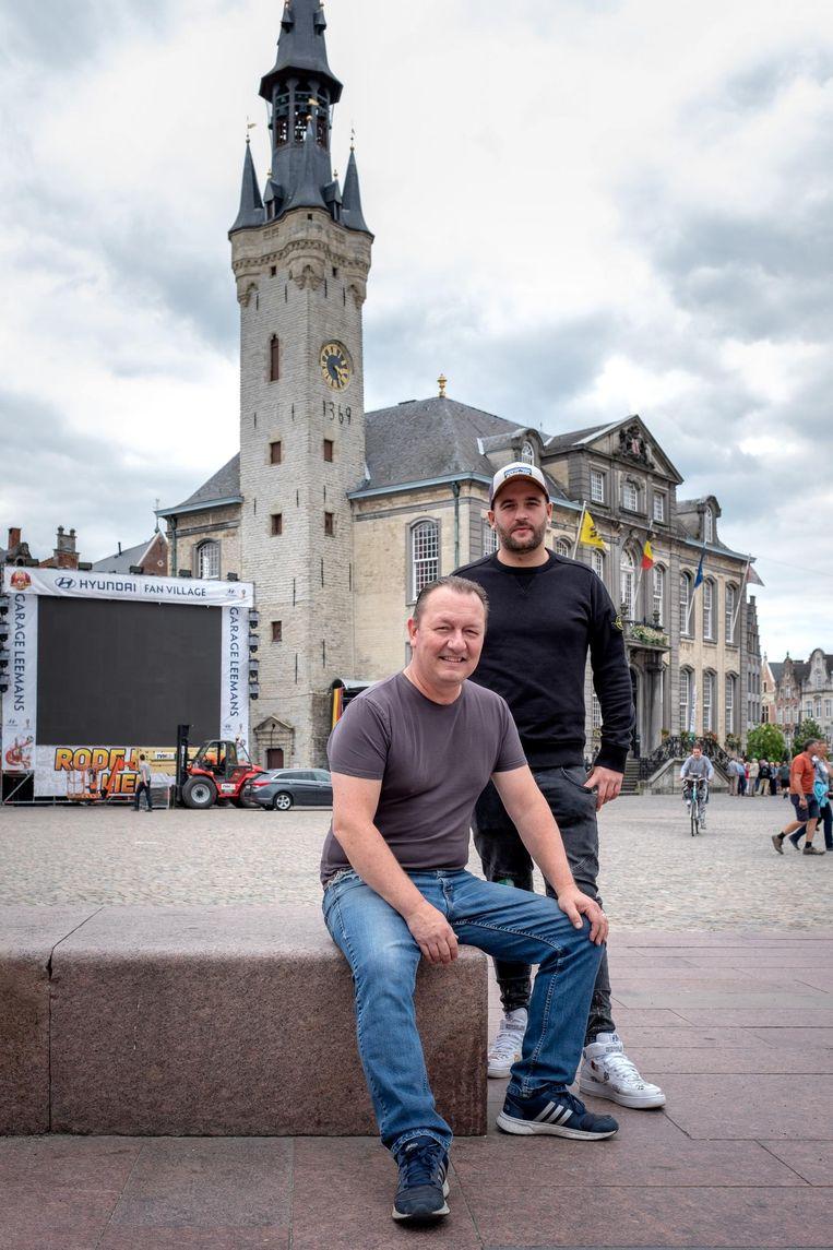 Ronny Jacobs van Bananas en Sander De Swert van Kafaat op de Grote Markt, waar alle wedstrijden op groot scherm worden getoond.