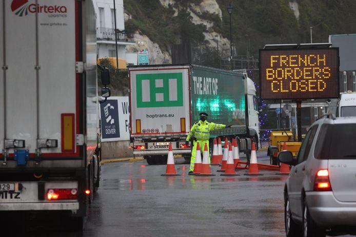Het graafschap Kent heeft de snelwegen naar havenplaats Dover afgesloten om chaos en lange files op de snelweg te vermijden.