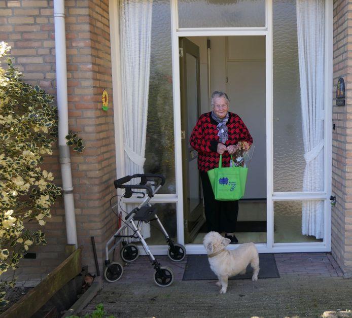 Janny Klunder (89) blij met het tasje