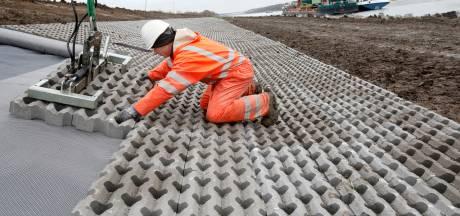 Wankelende dijk Zoelen versterkt met 10.000 grasbetontegels en 6600 ton stortstenen