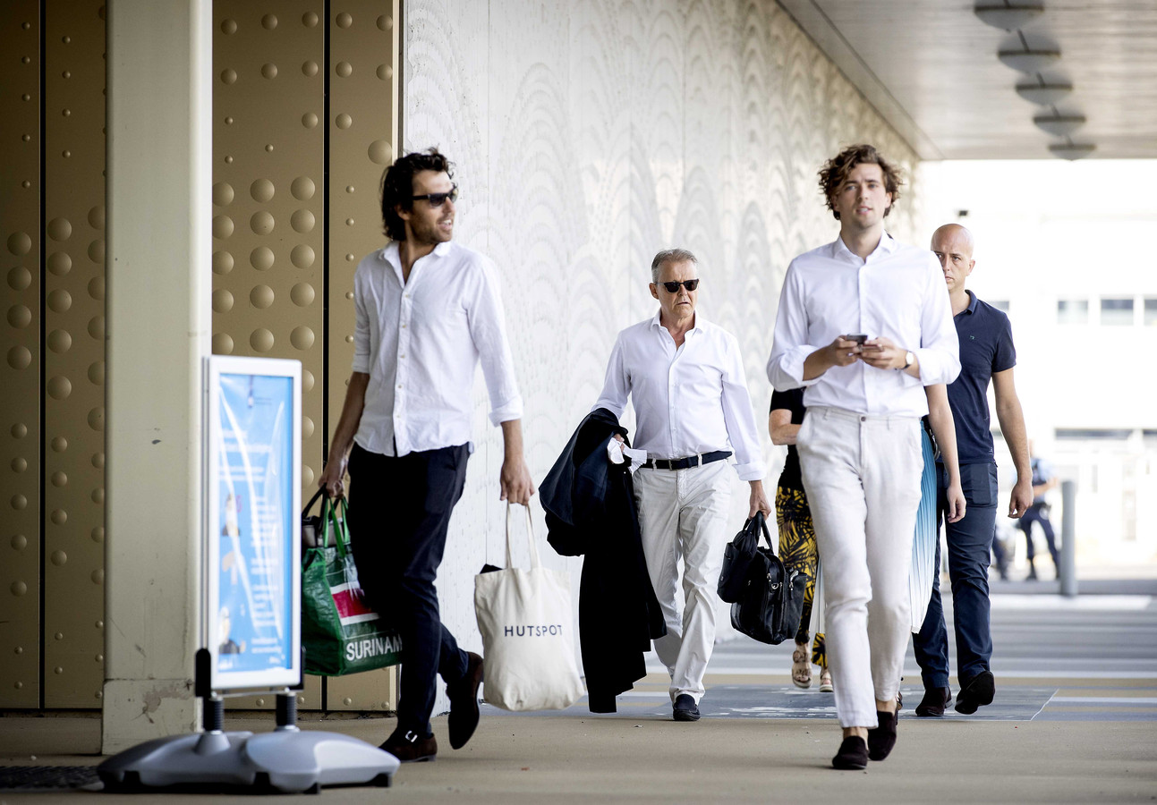 Advocaten Juriaan de Vries (links), Nico Meijering, Sebastiaan van Klaveren en Christian Flokstra (achteraan rechts) arriveren bij de extra beveiligde rechtbank op Schiphol.