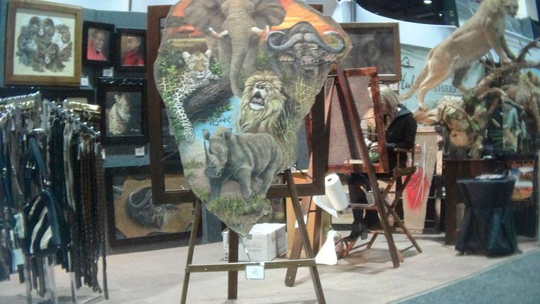 Een schilderij op olifantenhuid te koop op de Safari Club International Conference in Reno, Nevada, op 9 januari.