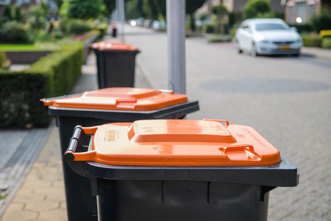 Afval dat niet in de oranje container hoort, zorgt voor een flinke financiële tegenvaller. De gemeente loopt hierdoor 300.000 euro mis.