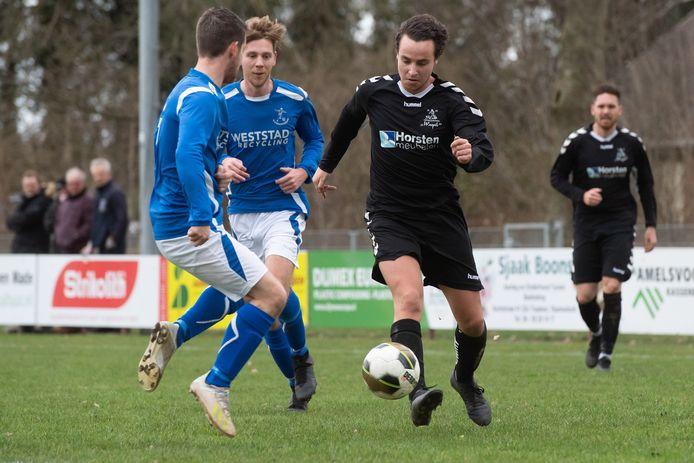 Raamsdonk - Pix4Profs/René Schotanus. Lesley Verschuren van Waspik speelt 2 verdedigers van Raamsdonk uit.