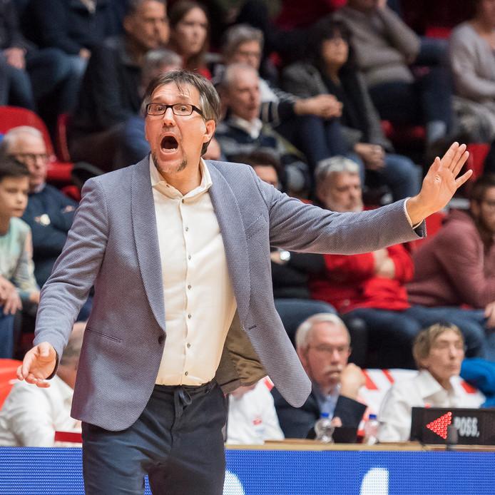 New Heroes-coach Silvano Poropat, hier op archiefbeeld, ging dinsdagavond in Leiden door het lint als het basketbalequivalent van NAC-coach Stijn Vreven.