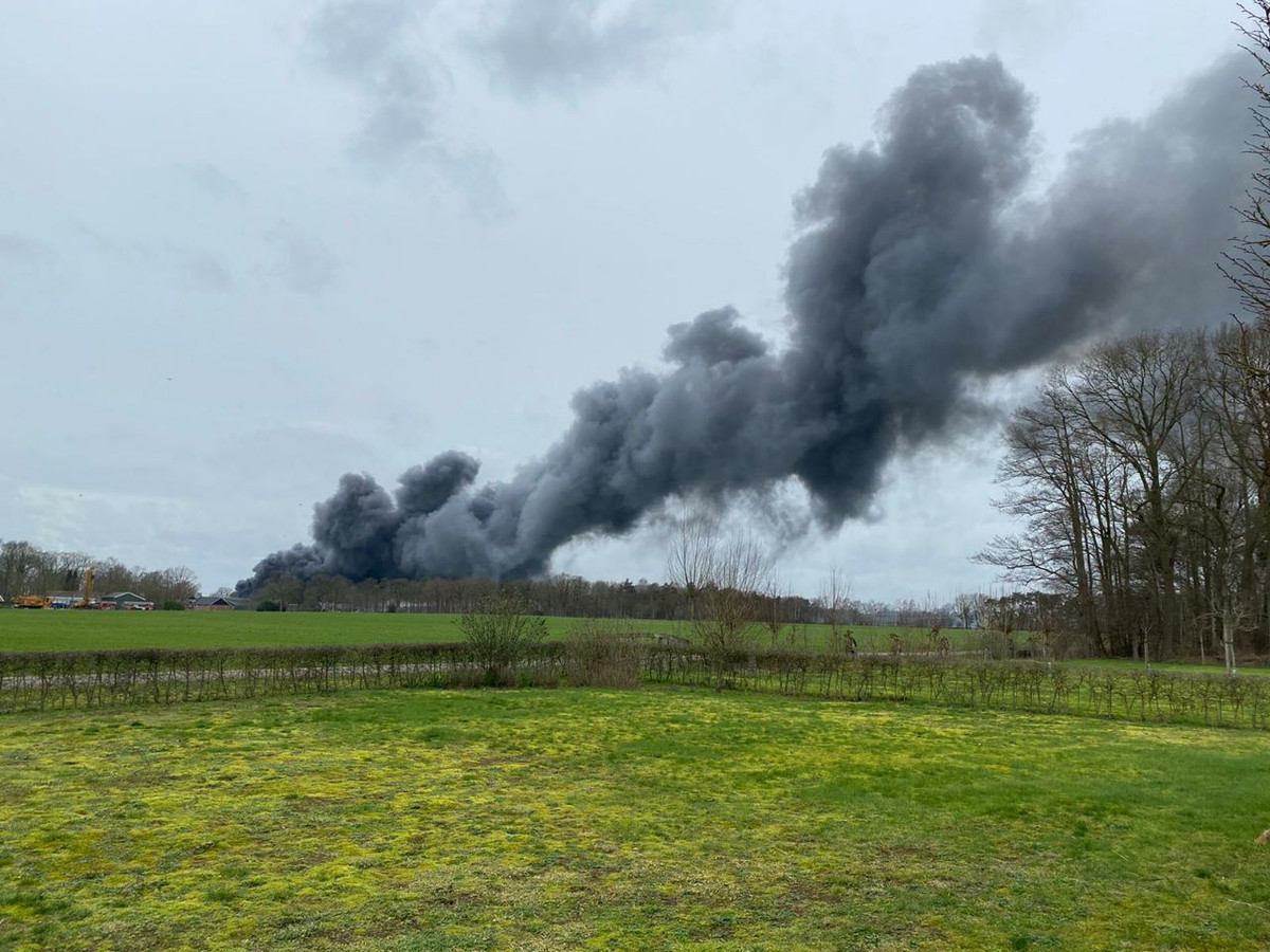De rook van de brand is in de wijde omtrek te zien.