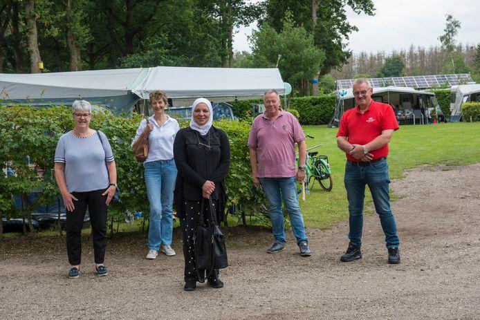 V.l.n.r.:  Corrie Haenen en Elli de Rijk van projectgroep Rooi Werkt, Samira Diab, campingeigenaar Ron van Rooij en Jan Versantvoort.