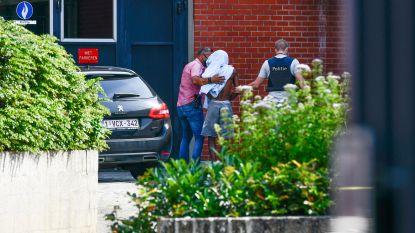 Drie Brusselse relschoppers arriveren bij onderzoeksrechter zoals ze zijn opgepakt op het strand: zonder schoenen of met ontbloot bovenlijf