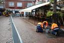 Toeschouwers zijn er nog niet maar in alle vroegte zijn medewerkers gemeente bezig met het minutieus de straten schoonmaken.