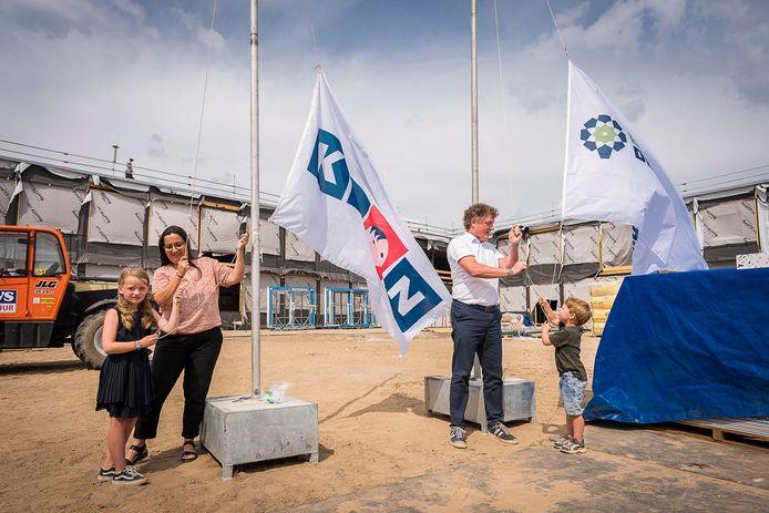 De vlag in top voor basisschool De Boomgaard. Op de foto Jeroen Claassen, directeur van De Boomgaard, Verona Kuijpers van stichting KION en Annabel en Simon, aanstaande leerlingen die wonen in de wijk Woensderskamp.