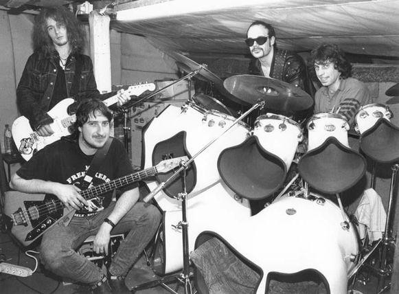 De band in 1995, toen nog met bassist Dirty Jenz (links bovenaan).